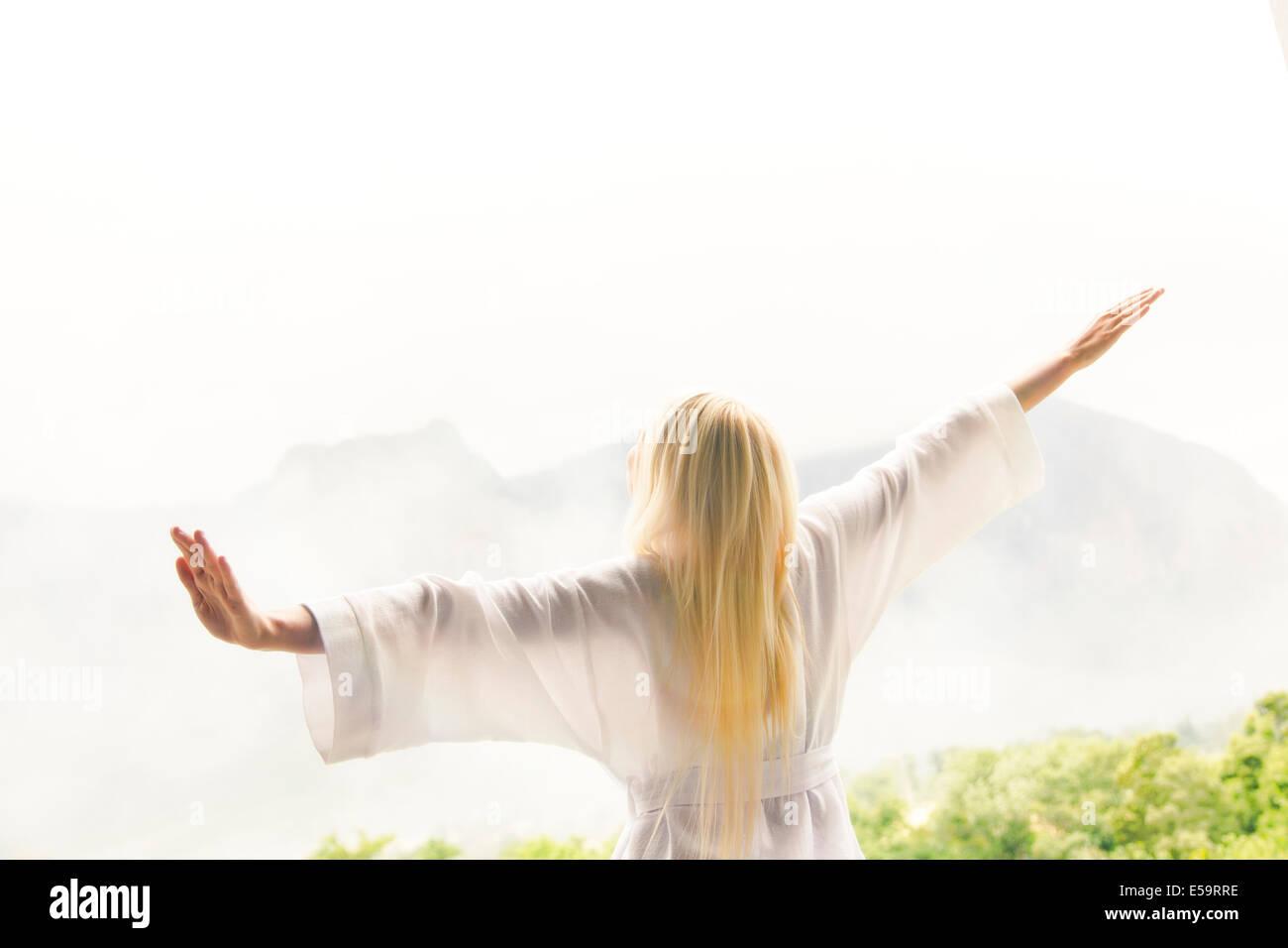 Femme en peignoir avec vue sur paysage Photo Stock
