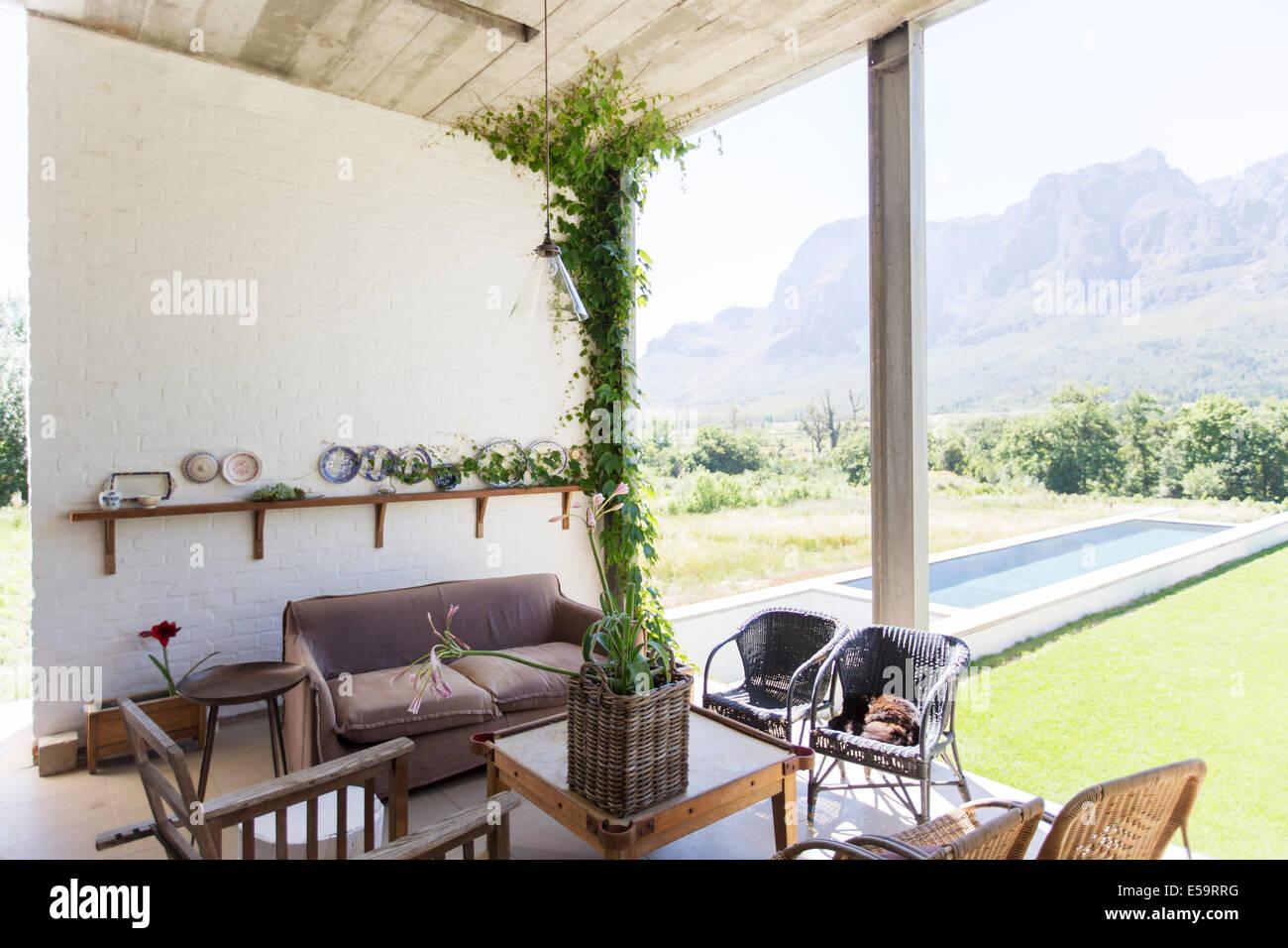 Coin salon avec vue sur jardin Photo Stock