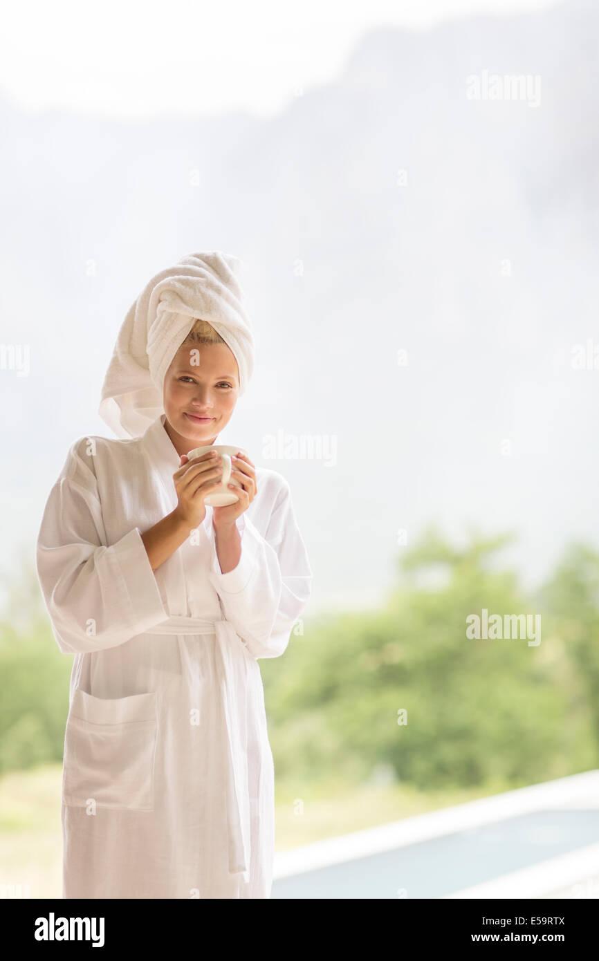 Femme en peignoir le café en plein air Photo Stock