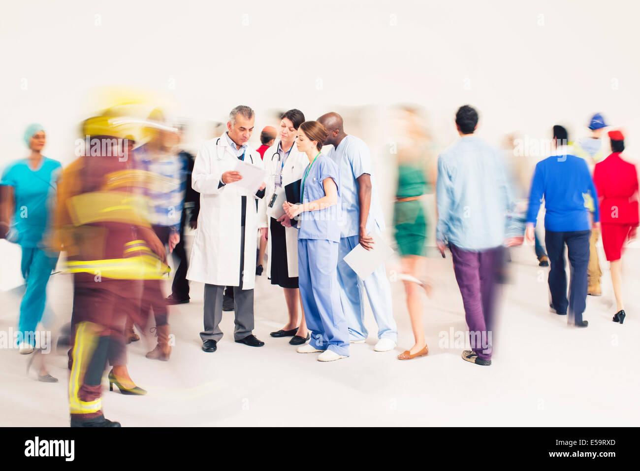 Animation autour de l'effectif de médecins et d'infirmières Photo Stock