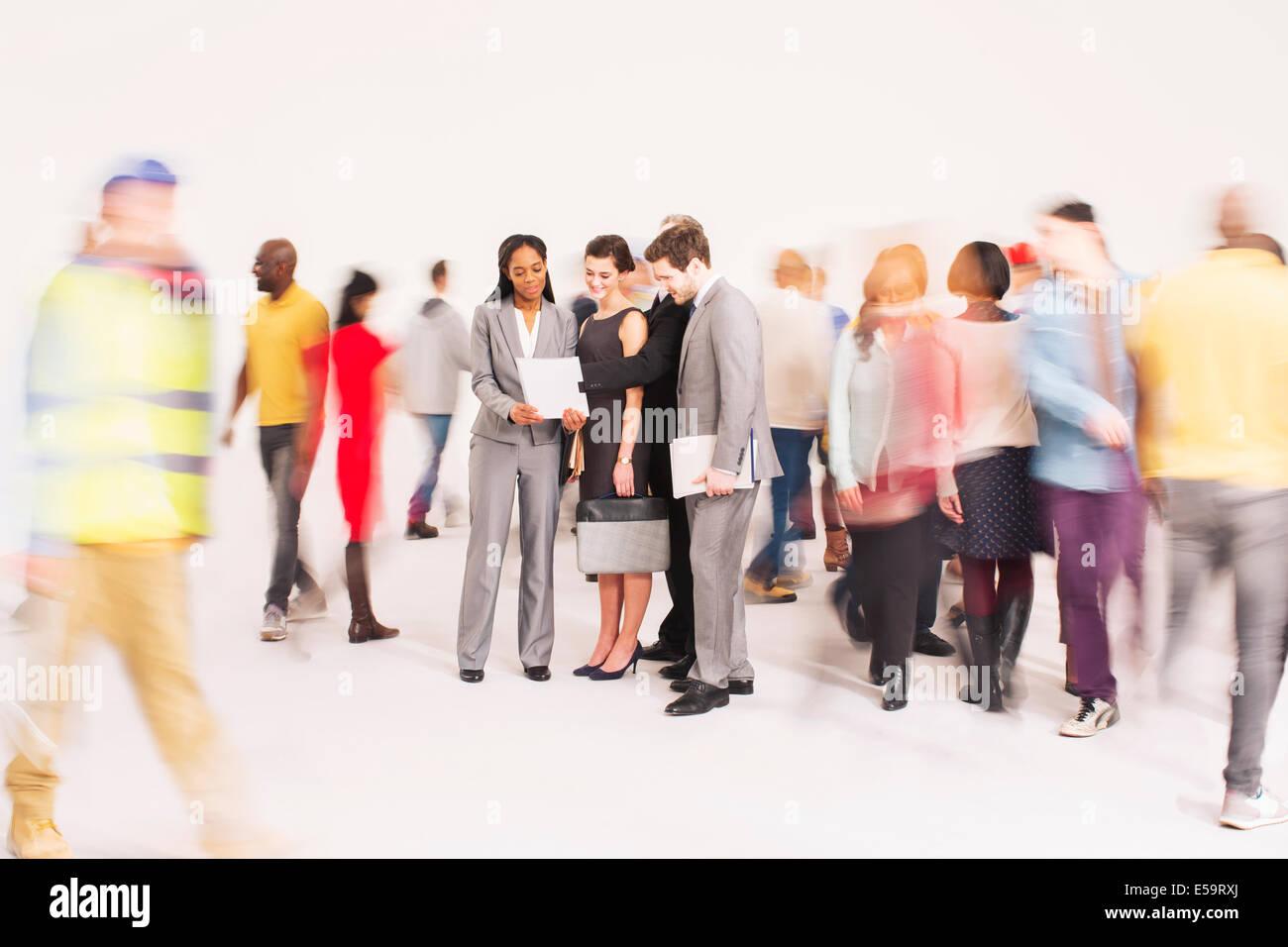 Animation de foule autour de gens d'affaires Banque D'Images