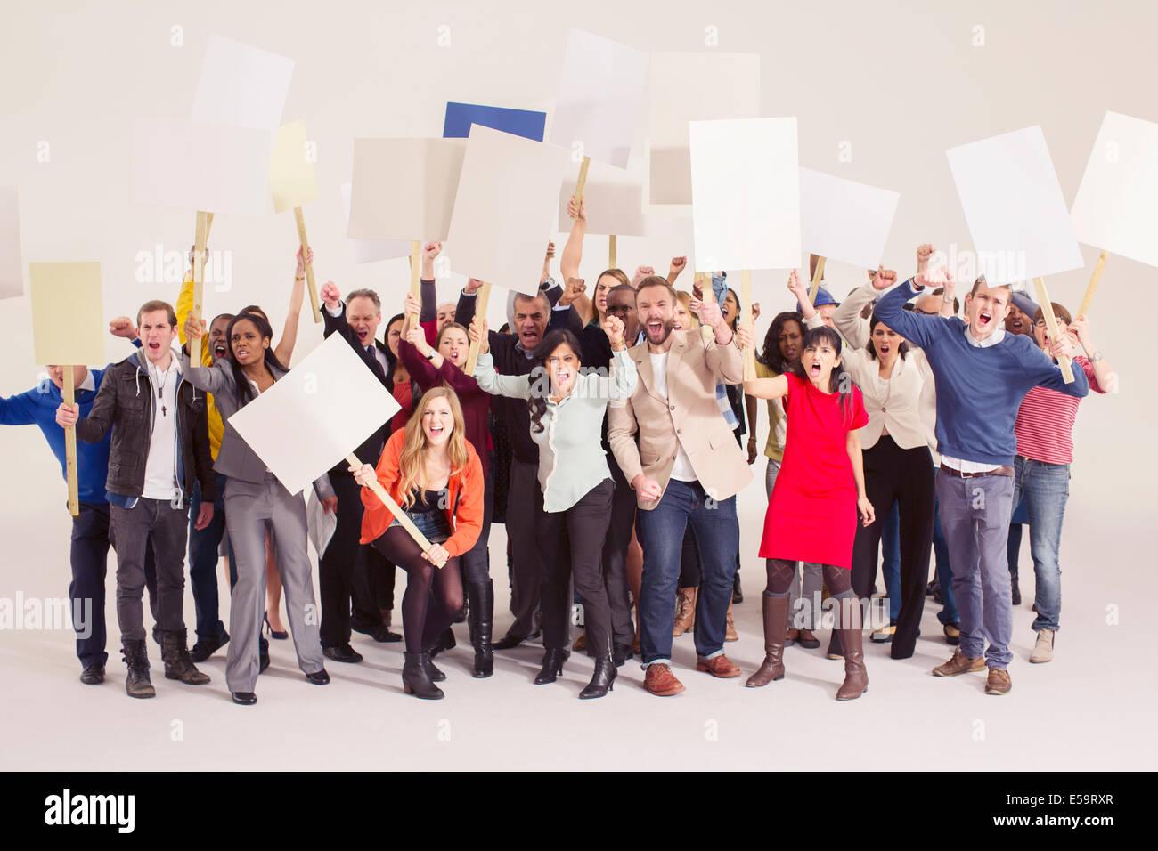 Les manifestants avec des pancartes Banque D'Images