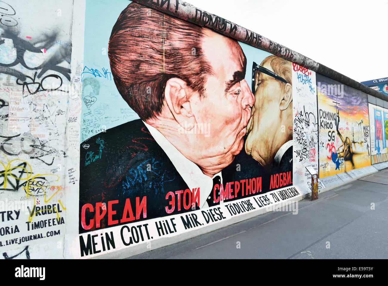 Allemagne, Berlin: 'Frère célèbre kiss' à l'ancien mur et East Side Gallery Photo Stock