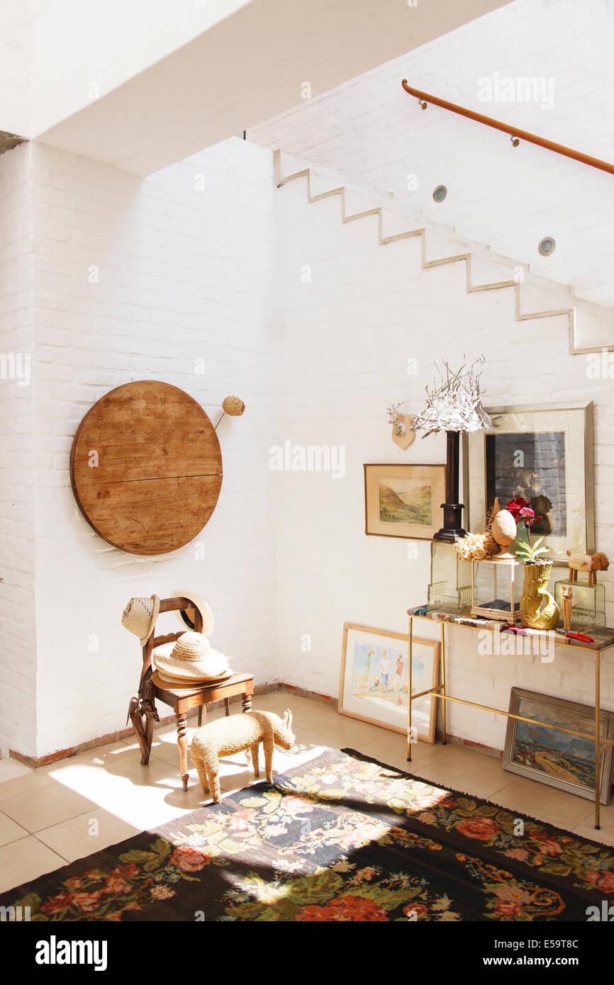 Président et wall hanging dans maison rustique Banque D'Images