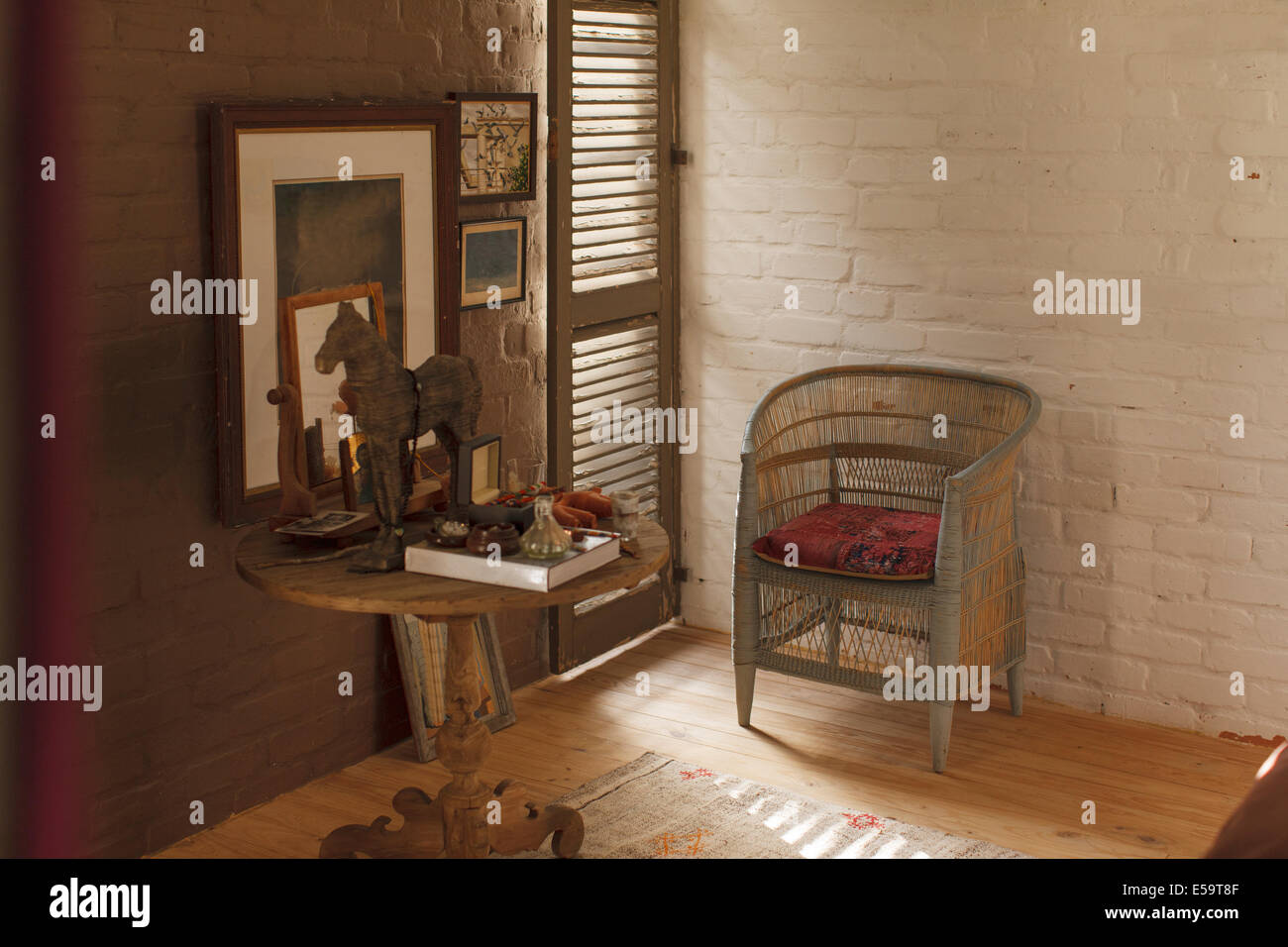 Side table et décorations dans la chambre rustique Photo Stock