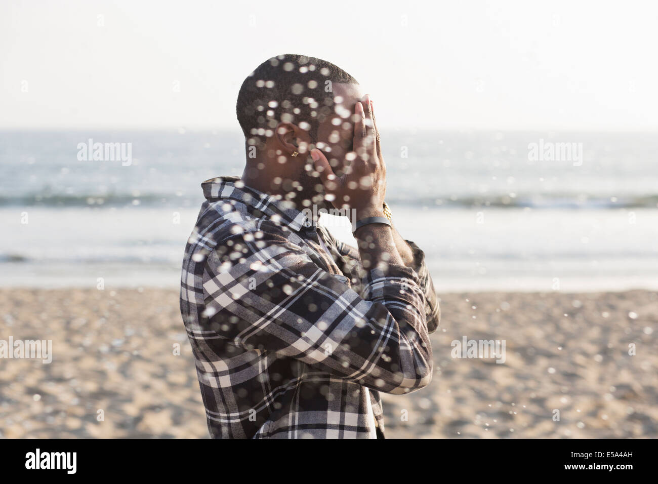 African American man playing on beach Banque D'Images