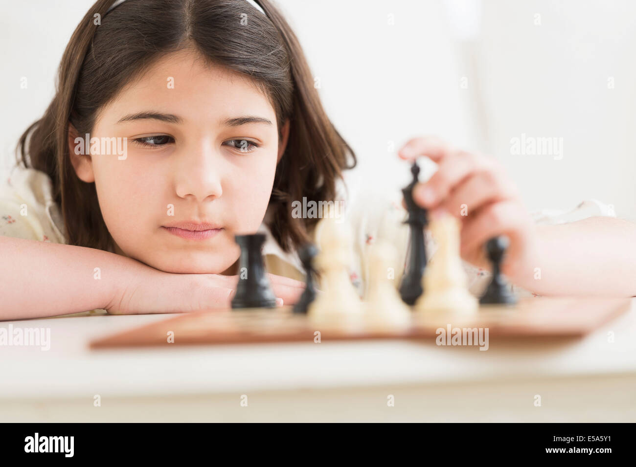 Hispanic girl playing chess Banque D'Images