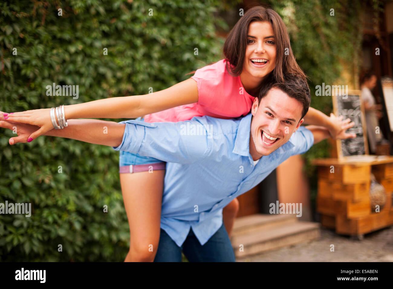 Jeune couple s'amuser au cours de la date, Debica, Pologne Photo Stock