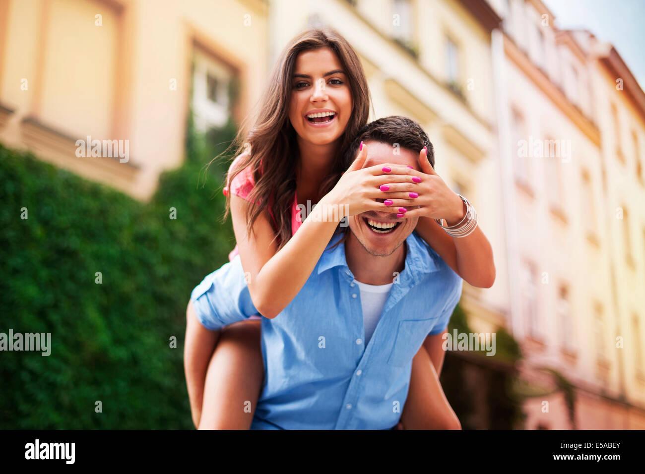 Belle femme drôle de dépenser du temps avec son petit ami, Debica, Pologne Photo Stock