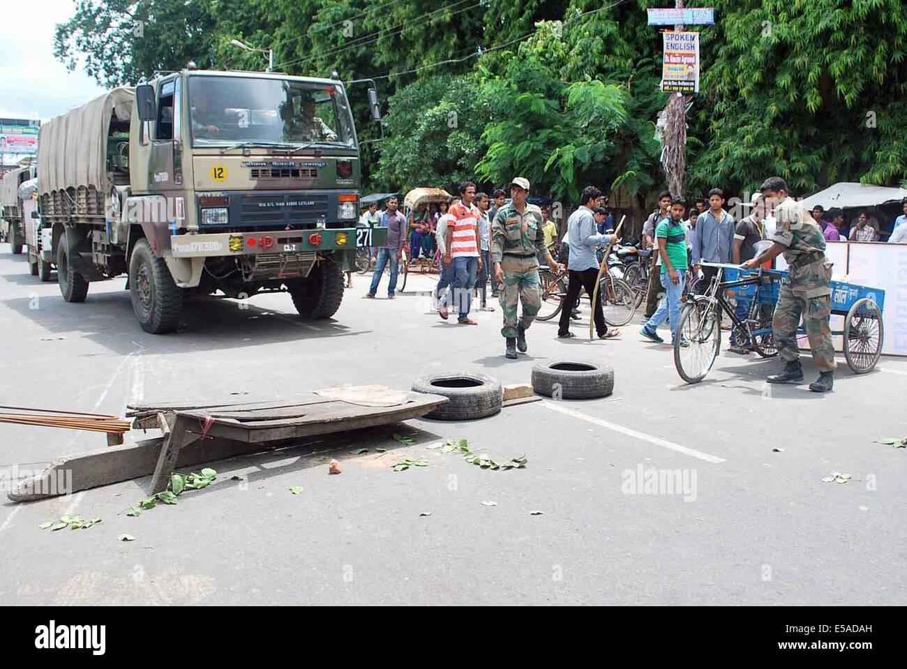 Allahabad, Inde. Le 25 juillet, 2014. Les étudiants en colère tenir chakka Jam au cours d'une manifestation Photo Stock