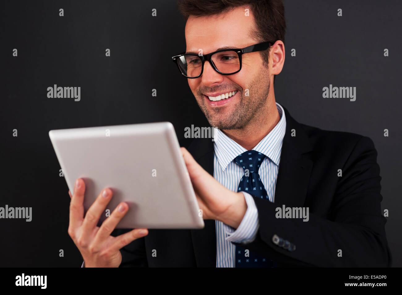 Businessman travaille sur son pavé tactile, Debica, Pologne Photo Stock