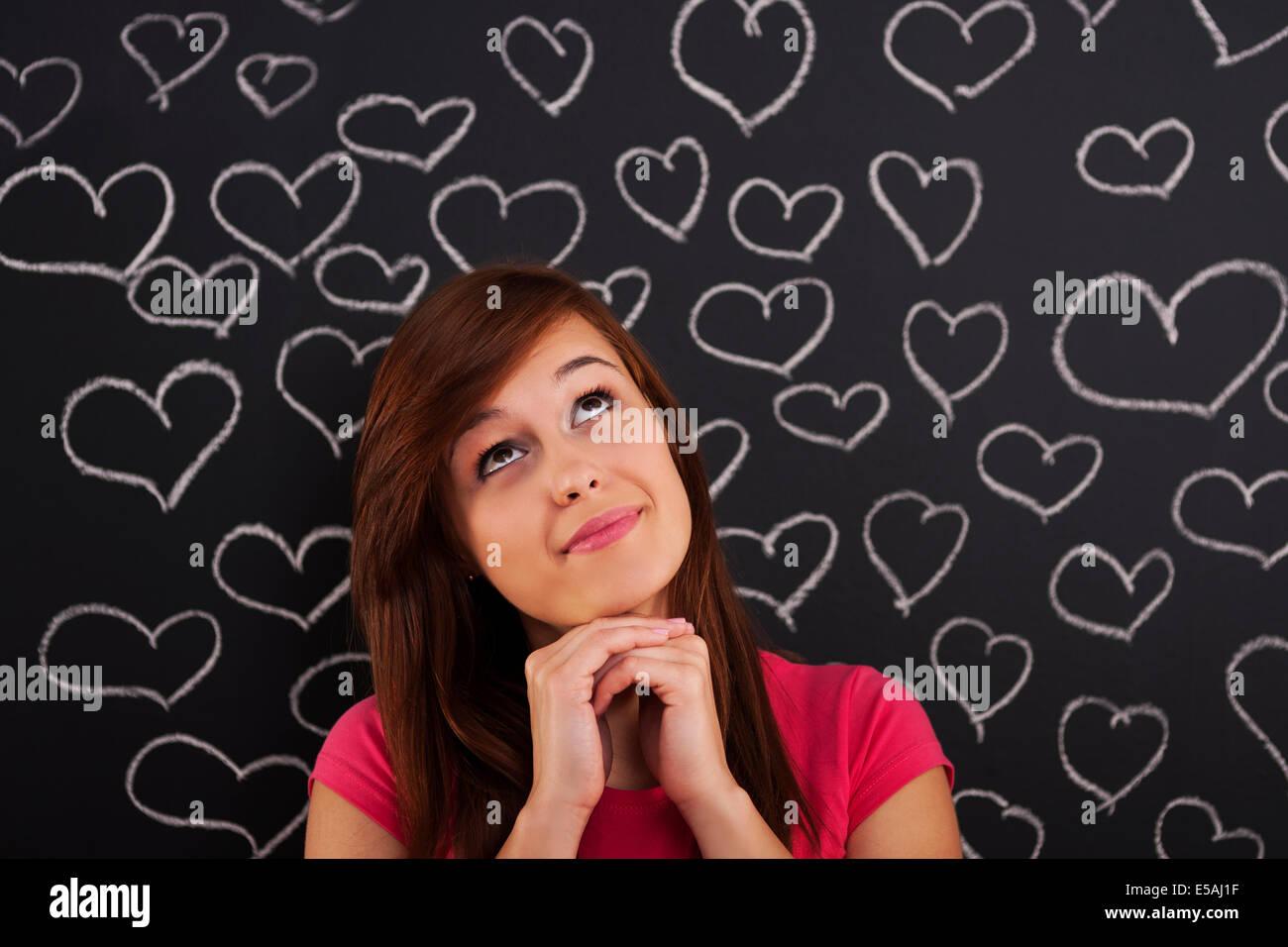 Jusqu'à la femme d'amour avec des cœurs dessinés sur tableau noir, Debica, Pologne Photo Stock