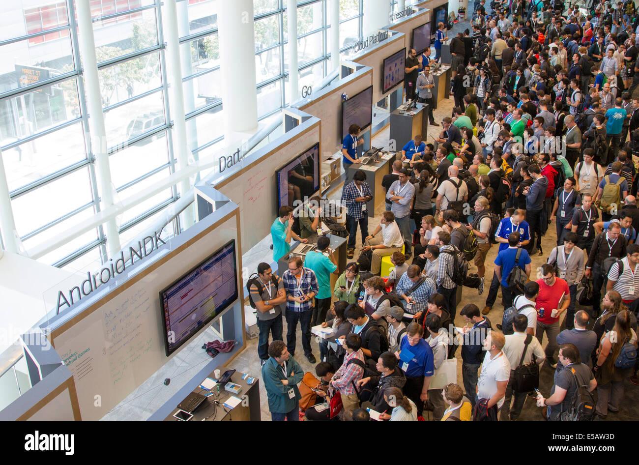 Professionnels de la technologie autour des stands lors de la conférence Google I/O se renseigner sur les derniers produits high tech Banque D'Images