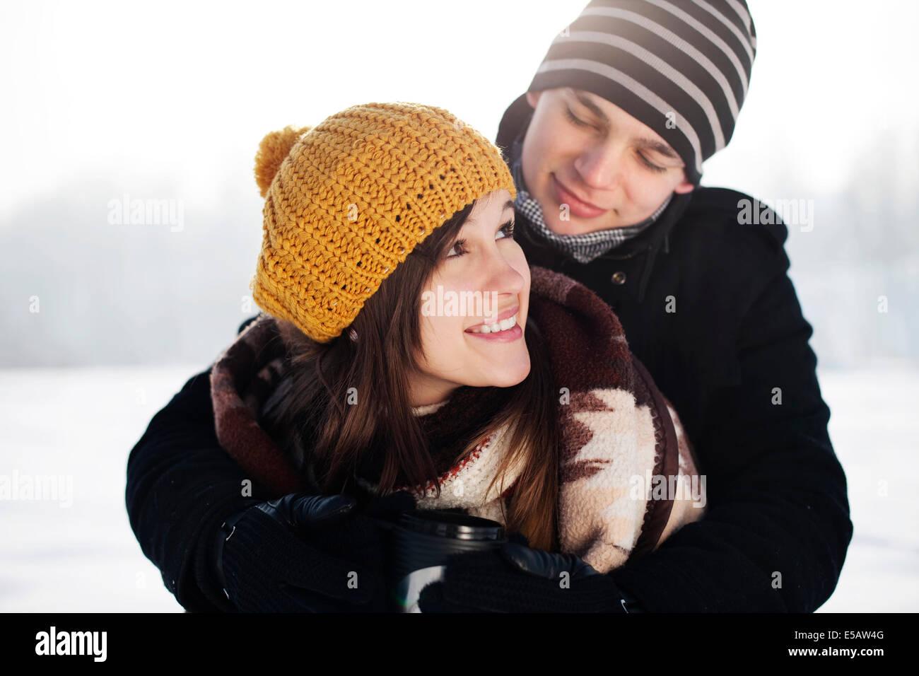 Jeune homme enveloppant sa copine dans Debica couverture, Pologne Photo Stock