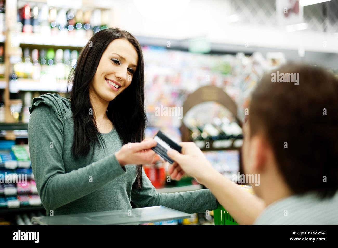 Carte de crédit de paiement pour les achats Debica, Pologne Photo Stock