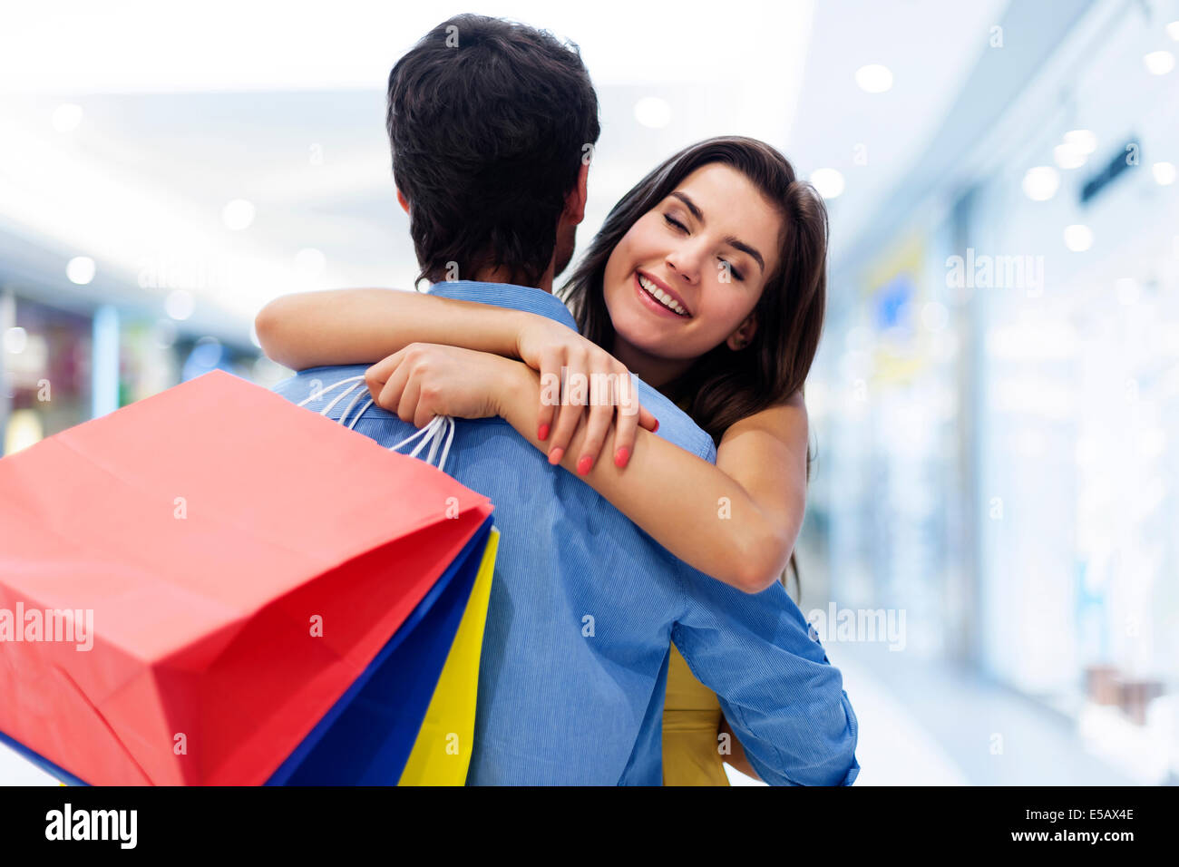 Belle jeune femme accueillant dans le shopping mall Debica, Pologne Photo Stock