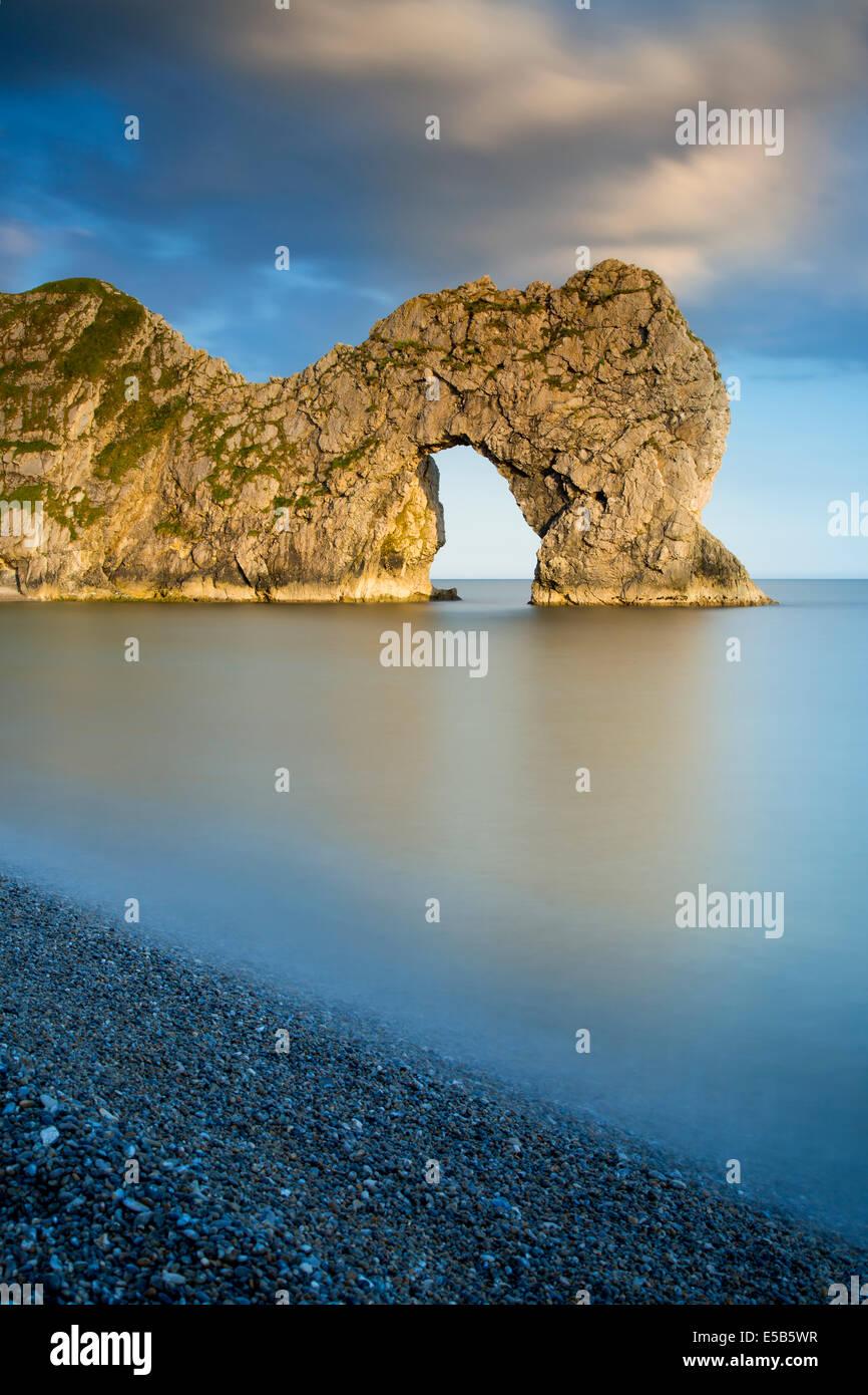 Soirée à Durdle Door le long de la Côte Jurassique, Dorset, Angleterre Photo Stock