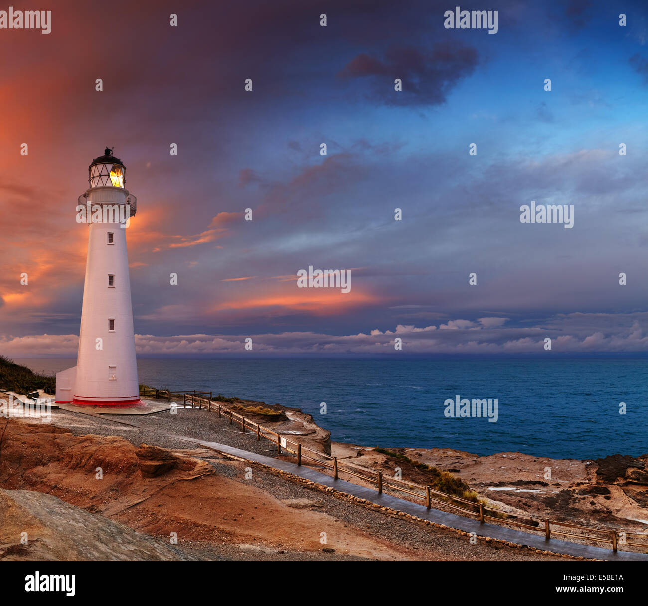 Château Point Lighthouse, coucher de soleil, Wairarapa, Nouvelle-Zélande Photo Stock