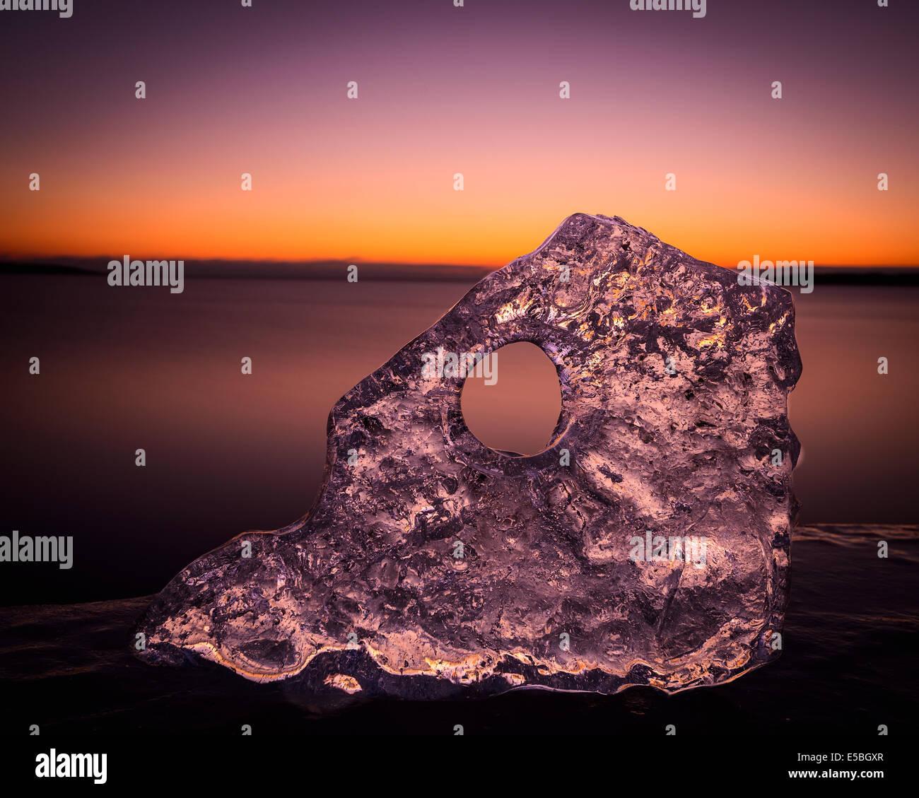 Bloc de glace en face de ciel dramatique Photo Stock