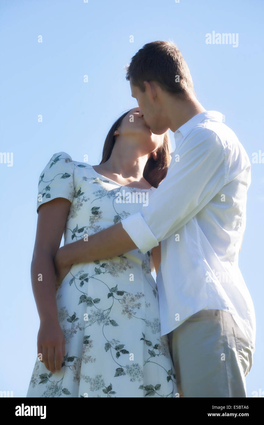 Un couple kissing Photo Stock