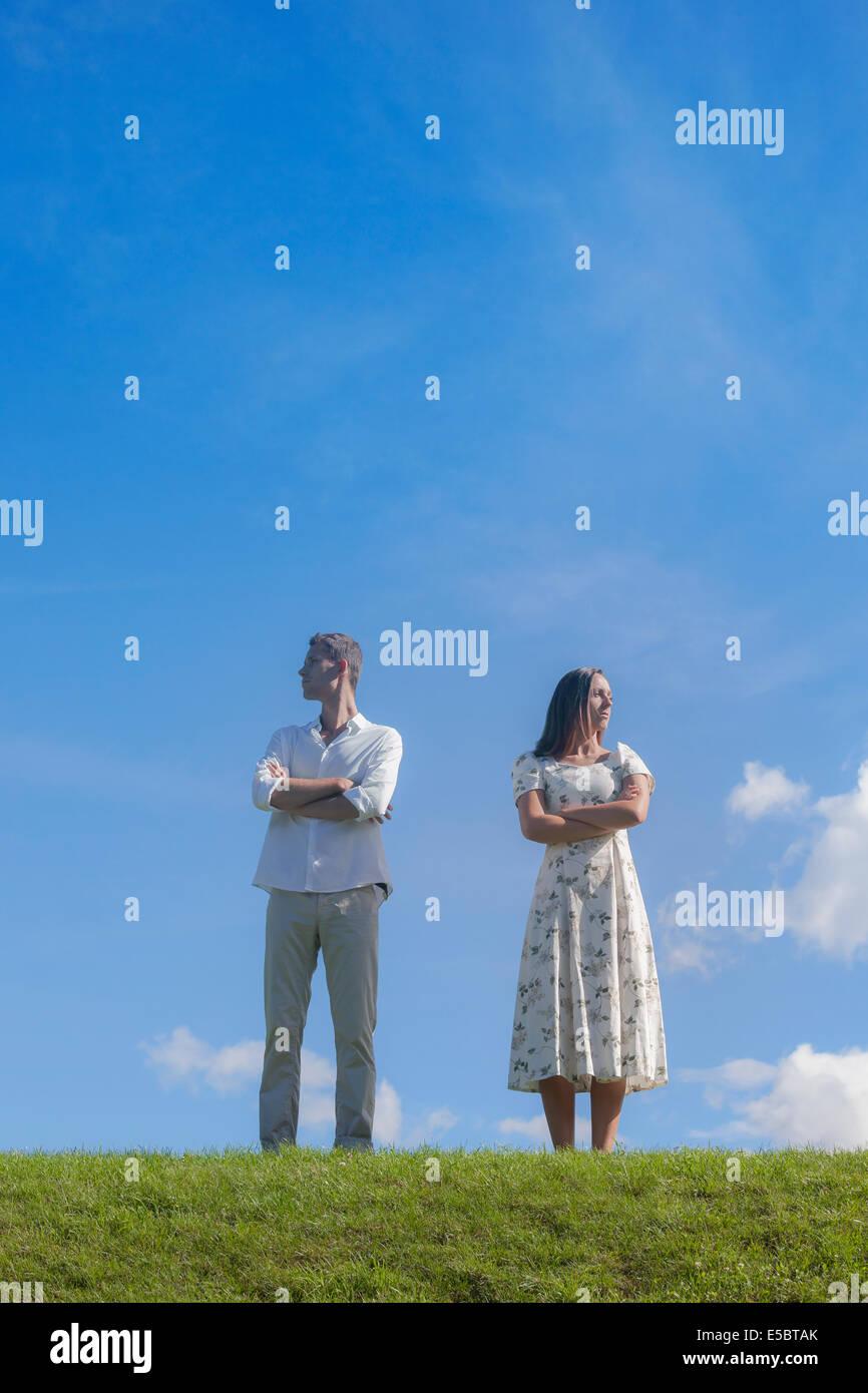Un couple avec un conflit sur un pré Photo Stock