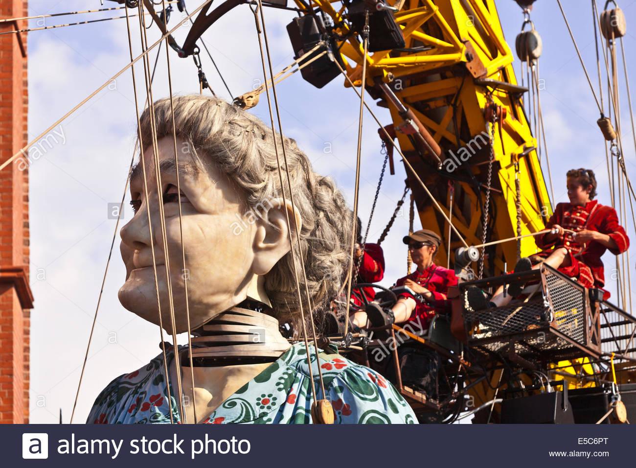 Le géant de Royal de Luxe street puppets à Liverpool pour 'Mémoires d'1914' fait partie Photo Stock