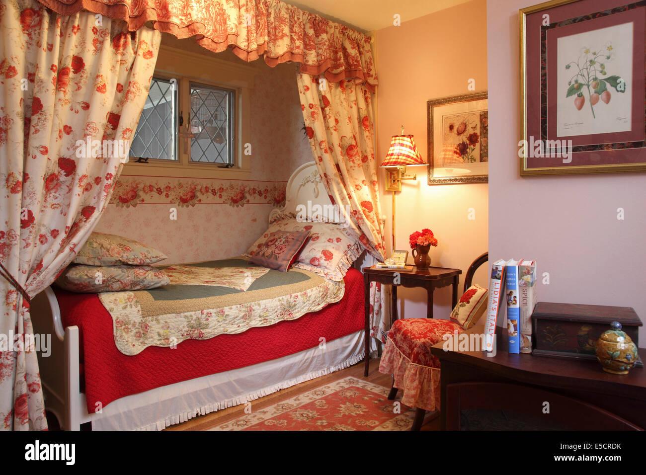 Floral Romantique Chambre Avec Lit Simple Dans Des Coins. Fleurs Rose Pâle  Et Rouge, USA.