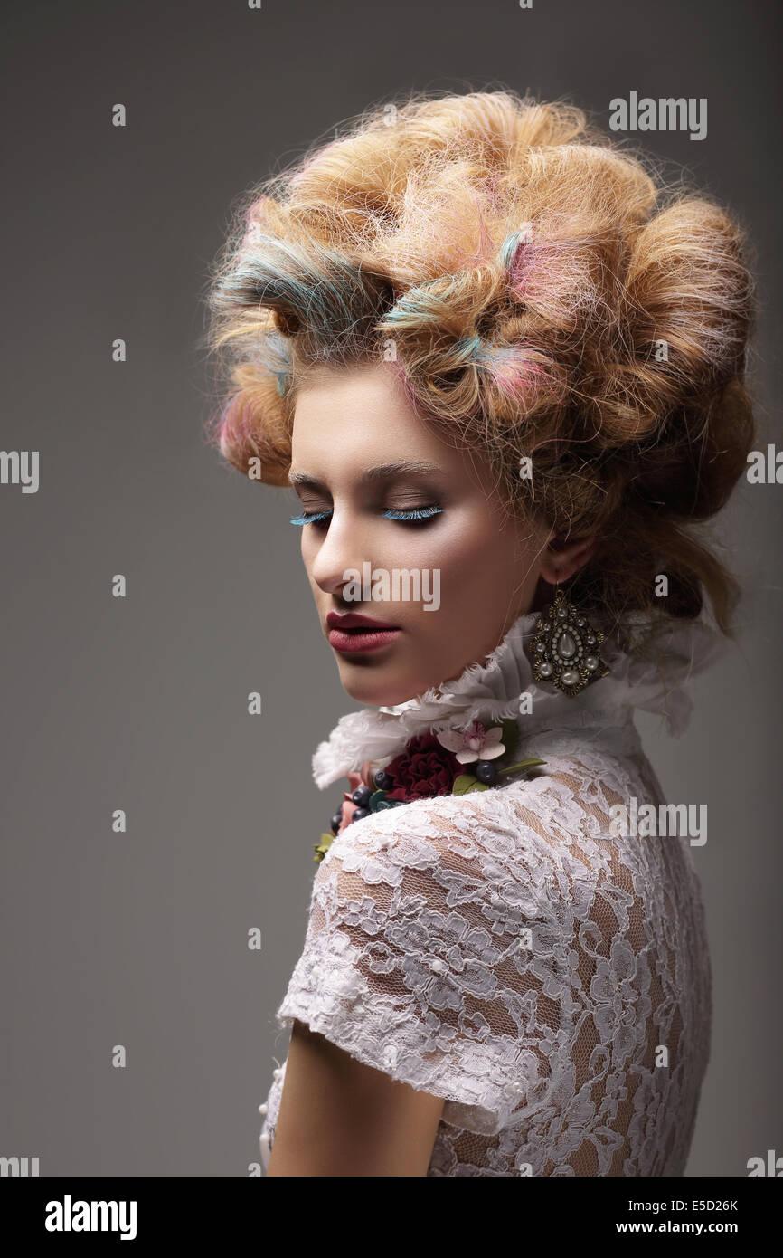 De l'individualité. Haute Couture. Femme chic avec les cheveux colorés Photo Stock