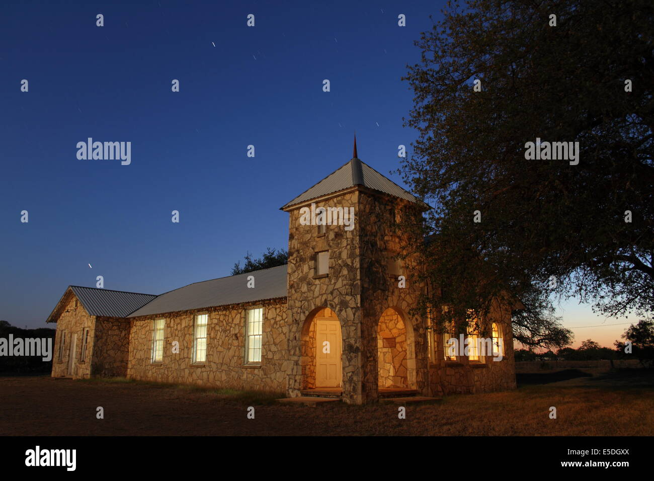 Une peinture de l'église de Roosevelt entre chênes, près de Junction, Texas. Banque D'Images