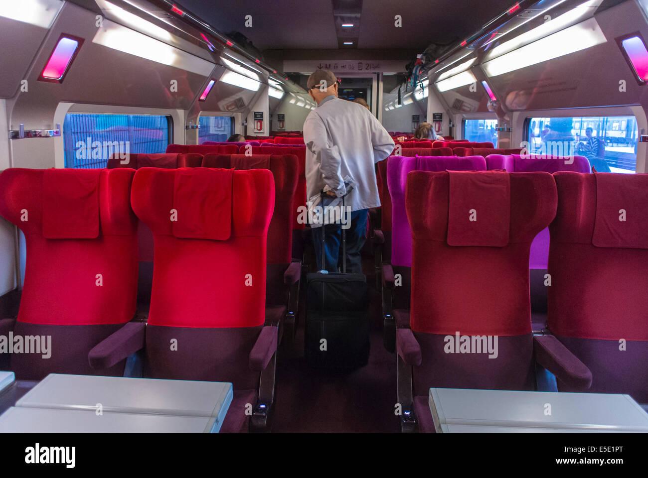 https://c8.alamy.com/compfr/e5e1pt/paris-france-premier-homme-a-linterieur-dbullet-train-tgv-thalys-a-amsterdam-a-la-gare-de-nord-gare-e5e1pt.jpg
