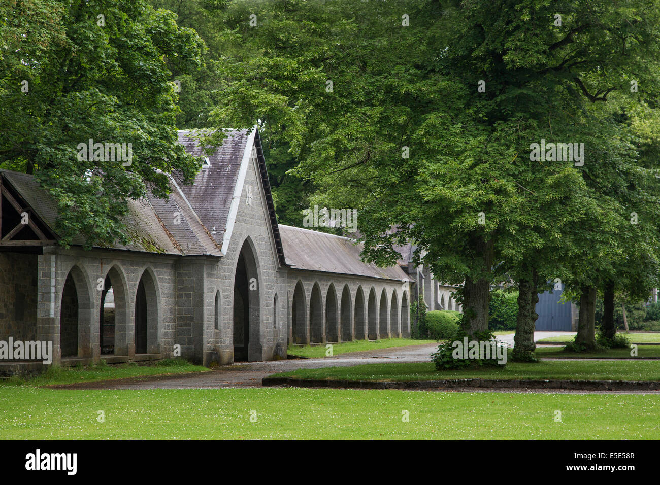 Cloître de l'abbaye de Maredsous, un monastère bénédictin à Denée, Belgique Photo Stock