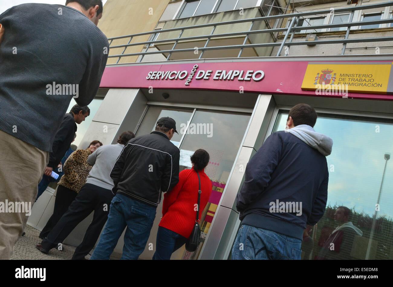 Santander, Espagne, 21 novembre 2011. Une file d'attente des chômeurs pour leur centre d'emploi local Photo Stock