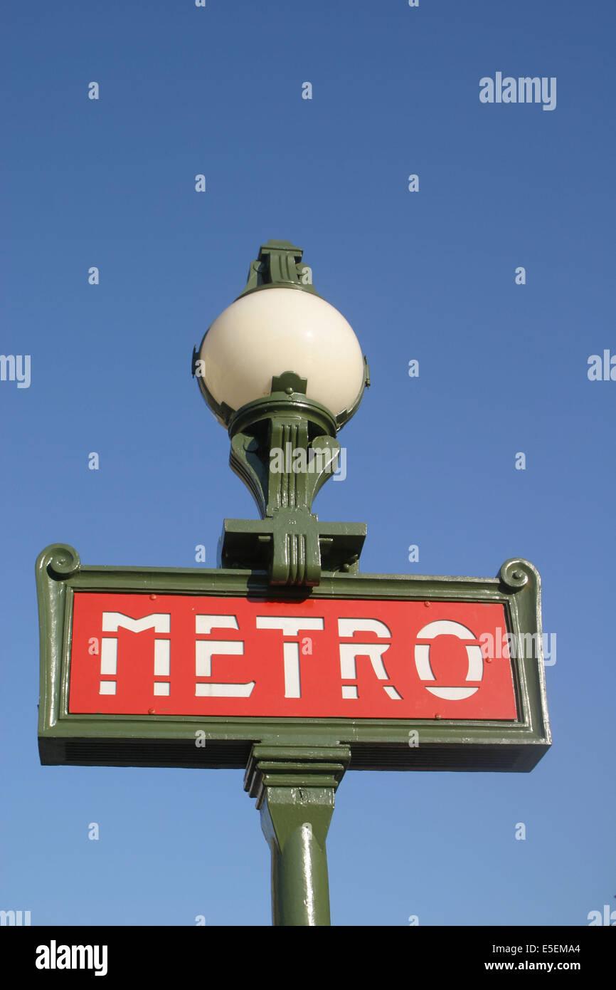 France, Paris 8e, Métro rond point des champs elysées, panneau, enseigne, signalisation, lampadaire, Photo Stock