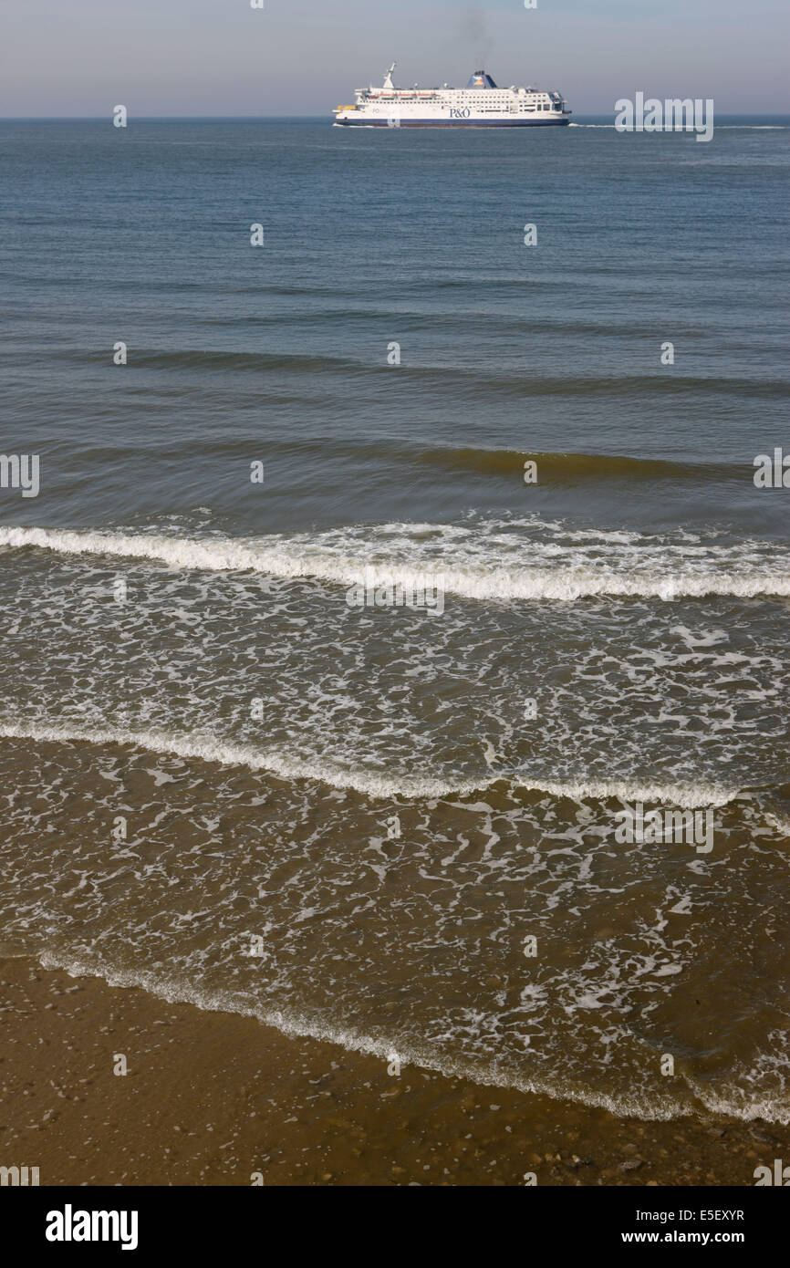 France, région nord, pas de calais, Calais, plage, mer du nord, sable, vagues, Maree, ferry a l'horizon, Photo Stock