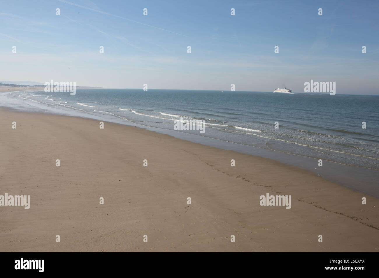 France, région nord, pas de calais, Calais, plage, mer du nord, sable, ferry a l'horizon, Photo Stock