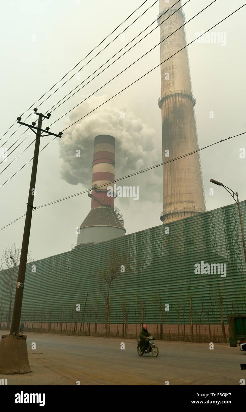 Fumée noire émise à partir de la cheminée d'une usine sidérurgique à Tangshan, Photo Stock