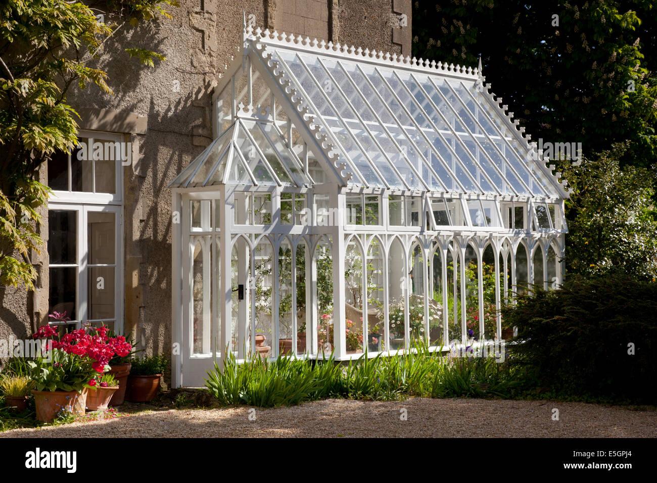 Les émissions traditionnelles en bois attachés sur le côté de la maison, jardin anglais, Angleterre Banque D'Images