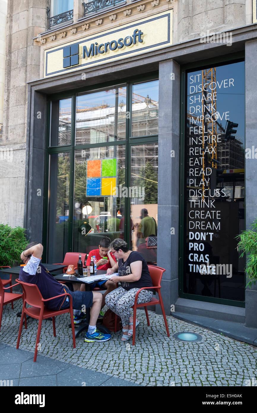 L'extérieur de nouveau Microsoft Digital Eatery cafe sur Unter den Linden à Berlin Allemagne Photo Stock