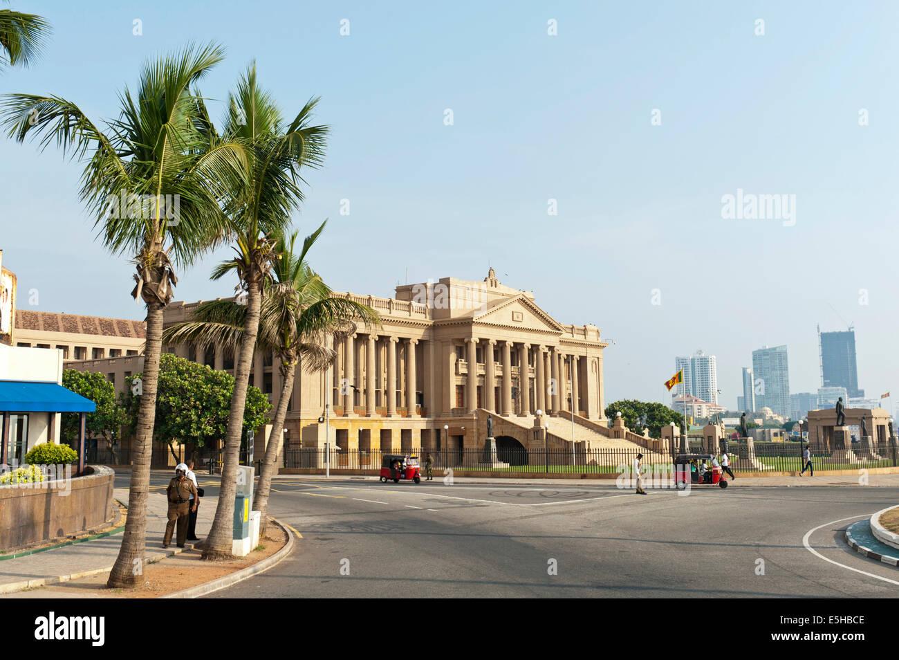 Ancien Parlement, l'architecture néoclassique sous les palmiers, Colombo, Sri Lanka Photo Stock