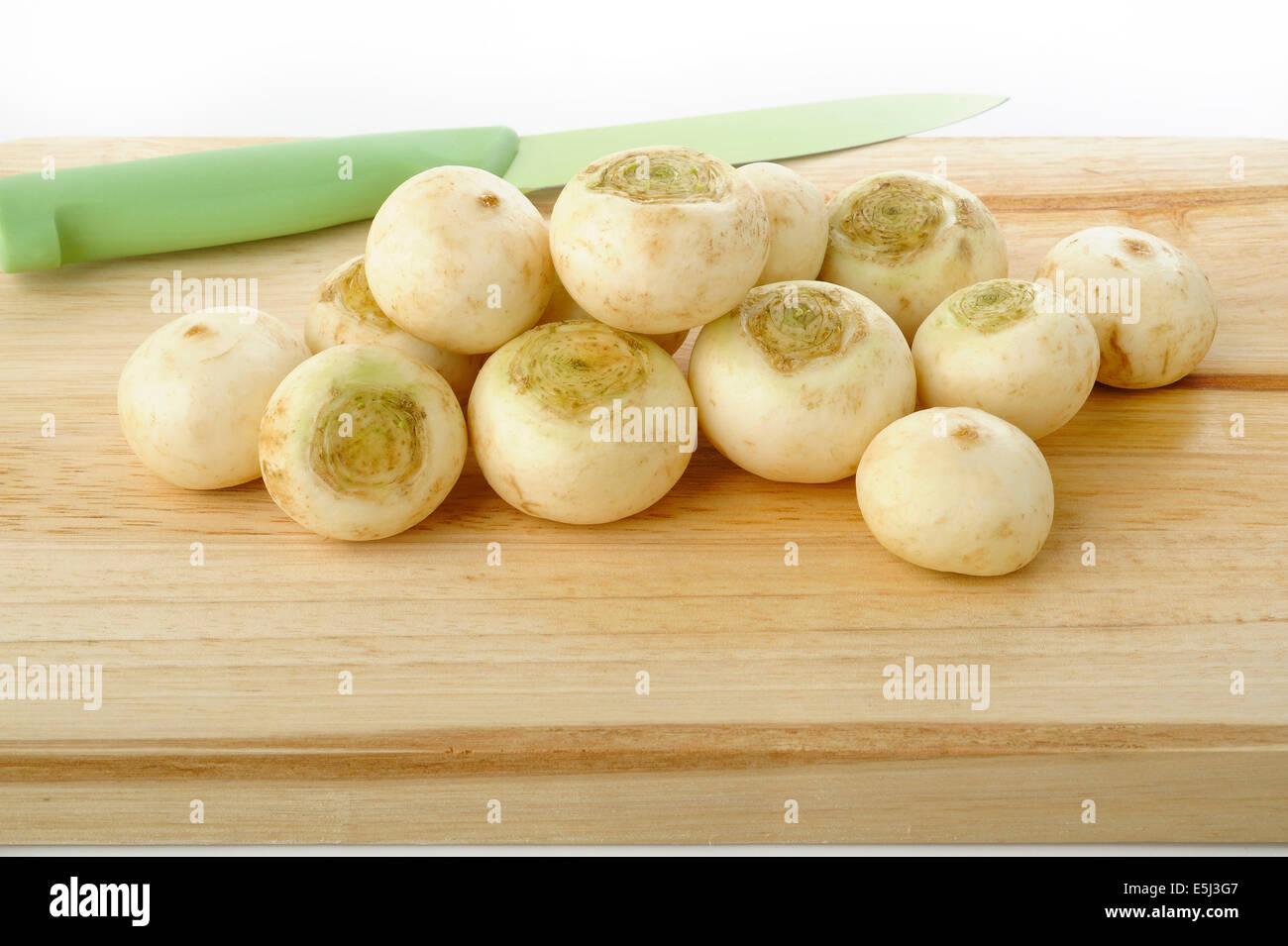 Le navet sur conseil cuisine en bois Photo Stock