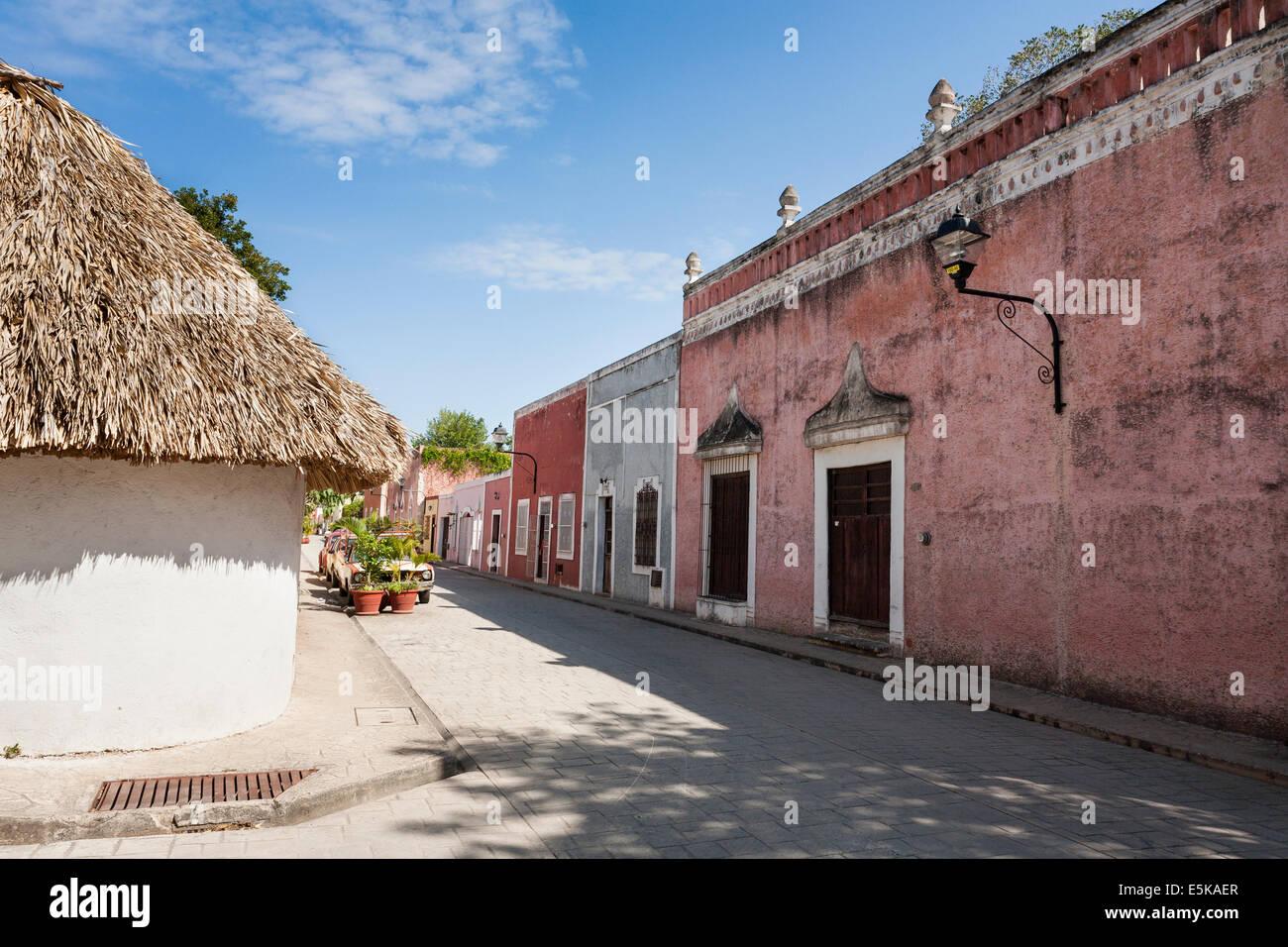 Rue tranquille de Valladolid. Un dimanche après-midi calme sur les rues pavées, près de l'hotel. Photo Stock