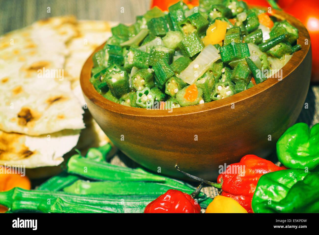 L'Okra cuit, plat avec du pain naan Photo Stock