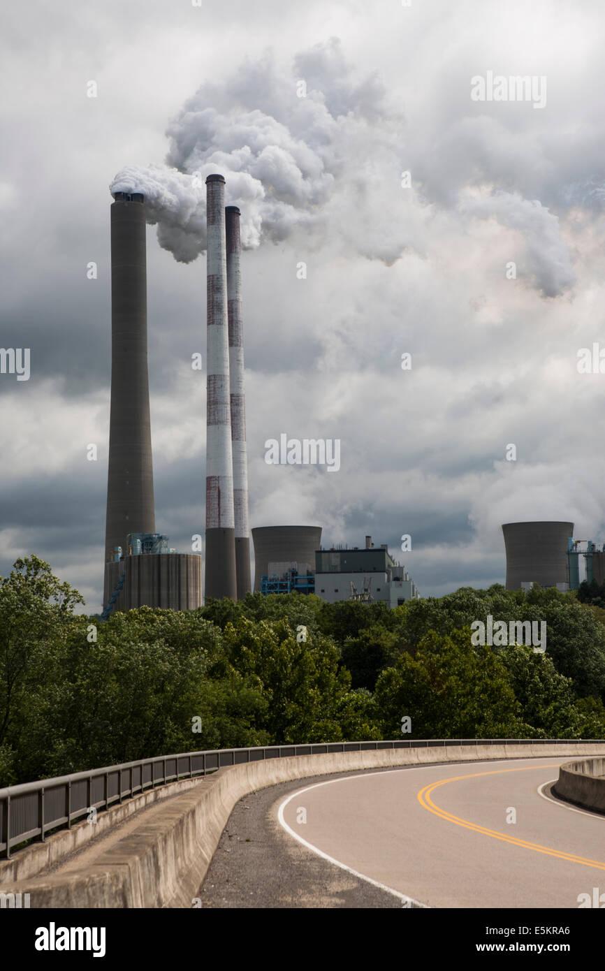 Une centrale électrique dans la région de West Virginia. Banque D'Images