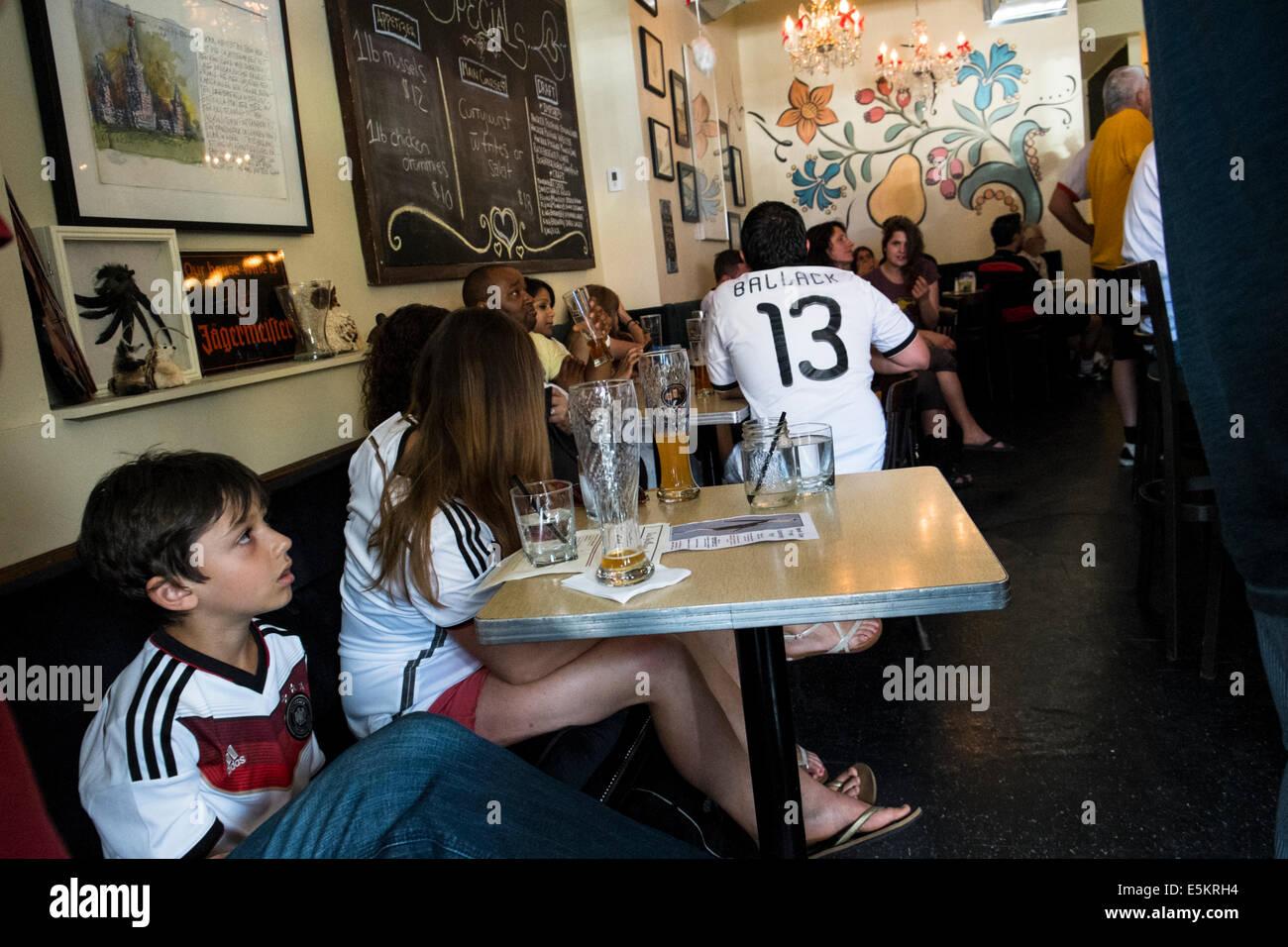 Les amateurs de football allemand regarder un match de la Coupe du Monde 2014 Toronto, Ontario, Canada. Banque D'Images