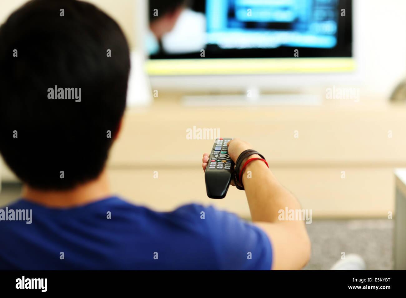 Vue Arriere Portrait D Un Homme Regardant La Tv A La Maison Dans Le