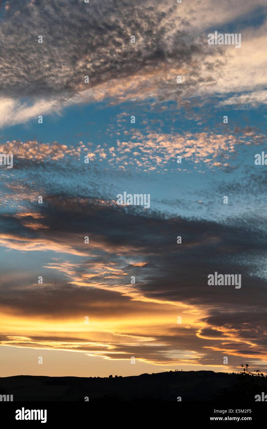 Vraiment un spectaculaire coucher de soleil sur la ville de Presteigne au Pays de Galles Photo Stock