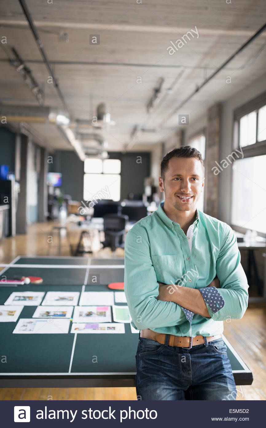Creative businessman leaning on table de ping-pong Photo Stock