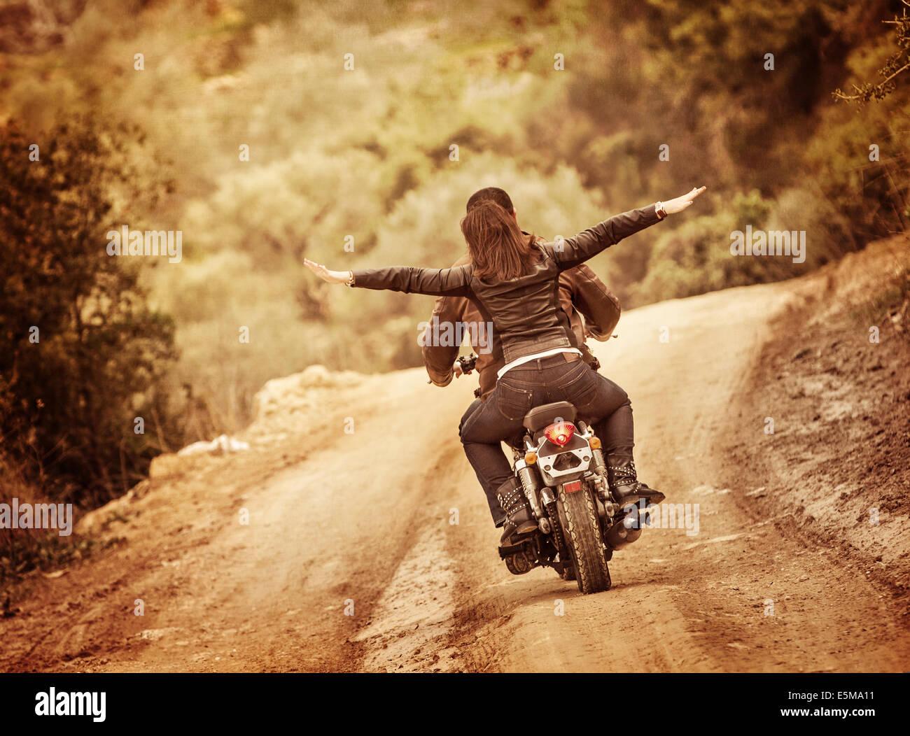 La famille sportive voyageant sur moto, équitation sur la moto avec les mains levés, les gens actifs, Photo Stock