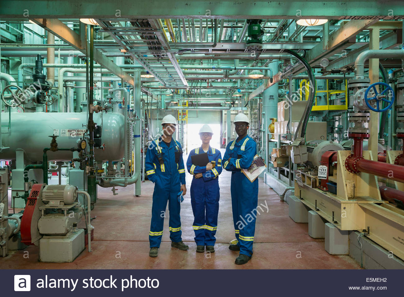 Portrait des travailleurs dans l'usine à gaz Photo Stock