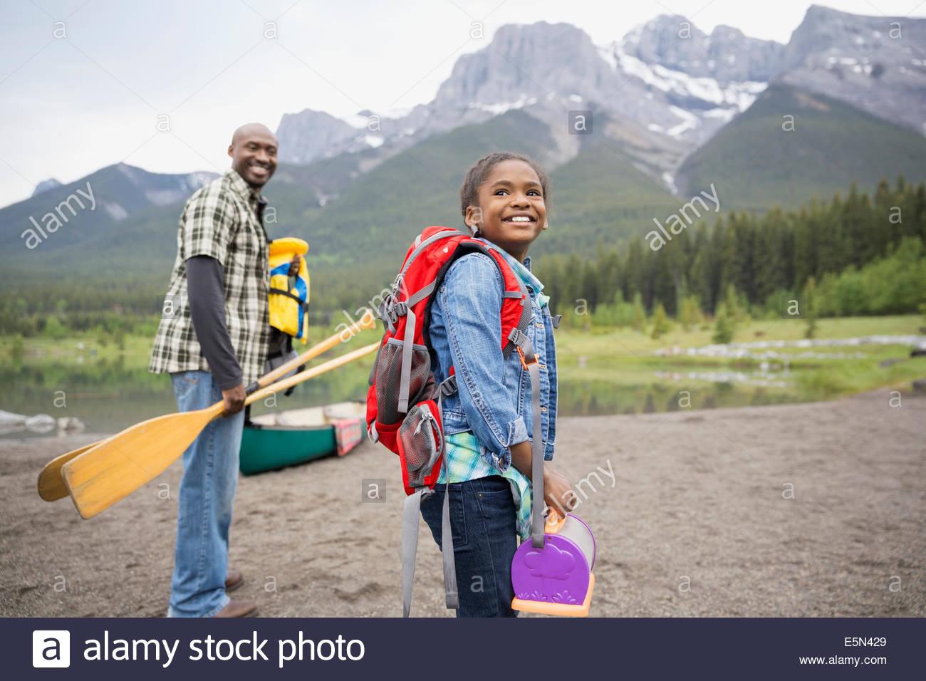 Père et fille se préparant à canoe Photo Stock